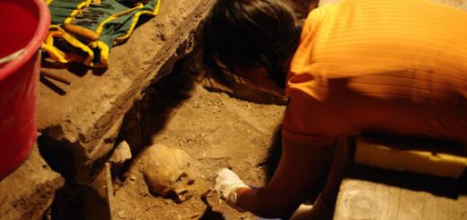 L'archeologa Laura Lai durante un rinvenimento