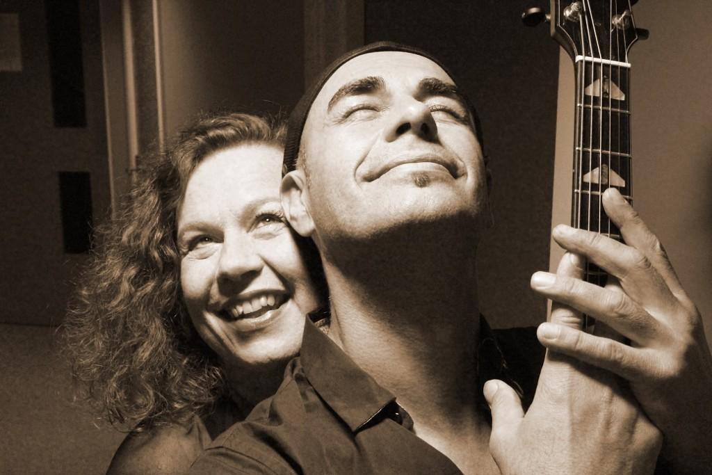 Sarah Jane Morris e Antonio Forcione (bw) m