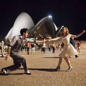Francesco e partner nel piazzale della Opera House a Sidney.